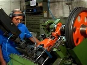 Máquina que produz grampos industriais é uma ótima oportunidade de negócio - O equipamento produz grampos descartáveis para papel, estofados e madeira. E o mais importante: pode garantir bons lucros. Confira.