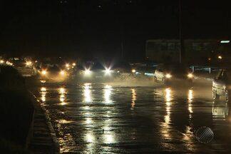 Forte chuva que caiu na última quinta em Salvador causa problemas até à noite - Muitas vias ficaram alagadas e o bairro de Patamares ficou sem luz das 20h até às 22h.