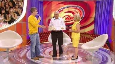 Vencedor do X1000 vai ao palco receber prêmio de mais de R$40 mil - Seu Joaquim é sorveteiro em Parelheiros e faturou prêmio no quadro X1000 do Caldeirão do Huck