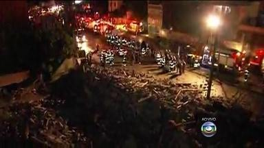 Bombeiros procuram sobreviventes do desabamento de um prédio em obras em Guarulhos (SP) - Um prédio de cinco andares desabou em Guarulhos. Bombeiros tentam ouvir sons para identificar sobreviventes. Ainda não se sabe quantas pessoas estavam no local na hora do acidente, no início da noite.