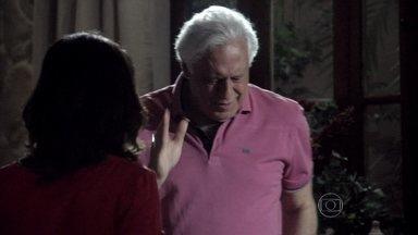 César esbarra várias vezes pelos móveis da casa - Ninho chega na casa de campo. Aline pega as pizzas e deixa o artista esperando