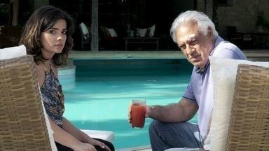 César encontra a manta que Ninho deixou no gramado - Aline fica nervosa com o questionamento do marido