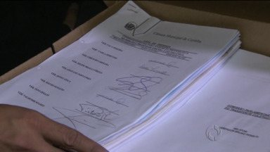 Relatório da CPI dos ônibus é entregue a Fruet - Prefeitura não autorizou a filmagem do momento em que o documento era entregue a Gustavo Fruet.