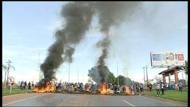 Manifestantes fecham entradas de Brazlândia em protesto - De acordo com moradores, o protesto começou porque os ônibus das duas empresas que operam na cidade não circularam na manhã desta quinta (5). Os manifestantes atearam fogo em objetos colocados na via. Um longo congestionamento se formou na região.