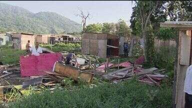 Autoridades finalizam a reintegração de posse da comunidade Canta Galo, no Guarujá, SP - Nesta quinta-feira (5), equipes da prefeitura estão limpando a área, que foi invadida no dia 27 de outubro. No local tinham 300 barracos.