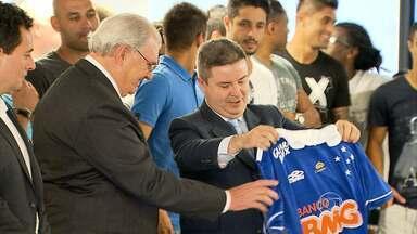 Campeão Cruzeiro é homenageado pelo governador atleticano - Antonio Anastasia se livra bem de 'saia justa' na homenagem aos jogadores campeões brasileiros