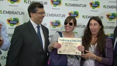 Brasil bate recorde de turistas estrangeiros que visitam o país - O número chegou a seis milhões de turistas. Desde 2005, o Brasil não saía da casa dos cinco milhões de visitantes por ano.