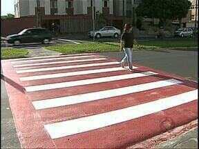 Faixa de pedestres colorida alerta motoristas na tentativa de evitar acidentes - A novidade já está nas ruas de Londrina para tentar diminuir o número de atropelamentos. A prefeitura vai fazer um teste para ver se o alerta funciona.