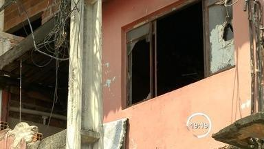 Criança de nove anos morre após incêndio em casa de Atibaia (SP) - Fogo começou por volta das 9h; seis pessoas estavam dentro do imóvel. Outra pessoa ficou ferida; as causas do incêndio serão investigadas.