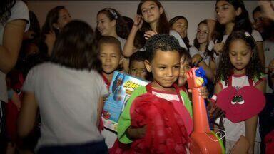Alunos arrecadam brinquedos em gincana beneficente, em Vila Velha, no ES - Foram mais 1 mil brinquedos, que serão doados para alunos de uma escola pública do município.