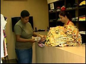 Revendedoras de moda renovam estoque em shoppings de Divinópolis - Lojistas comemoram boas vendas antes do Natal. Lojas de pronta entrega oferecem as coleções que serão revendidas em várias partes do país.