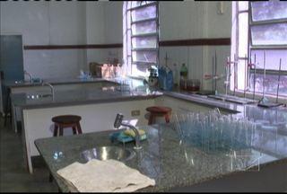 Aluna passa mal e é internada após aula de química em escola estadual - Uma aluna do Liceu Maranhense está internada, em São Luís, depois que passou mal em uma aula no laboratório de química da escola.