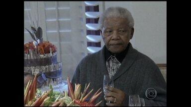 Ex-presidente Nelson Mandela morre aos 95 anos - Há seis meses, Mandela foi internado por causa de uma pneumonia. O líder sul-africano é um ícone da democracia, igualdade racial e liberdade. O funeral deve durar dez dias.