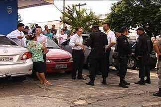 Briga por vaga de estacionamento só termina com chegada da polícia, em Goiânia - Houve bate boca entre os motoristas, que chegaram a colidir os carros um no outro. Havia suspeita de que um dos homens estivesse armado, mas tudo foi apenas um mal entendido.