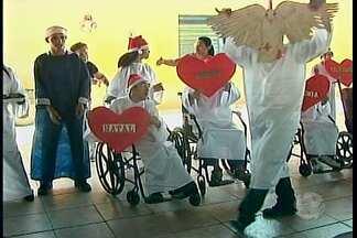 Alunos da APAE Petrolina ganham festa especial de Natal - Apresentações musicais de alunos e suas mães marcaram o evento.