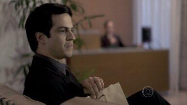 Félix espera Paloma chegar ao apartamento dela - A recepcionista do prédio avisa que a médica não tem hora para voltar