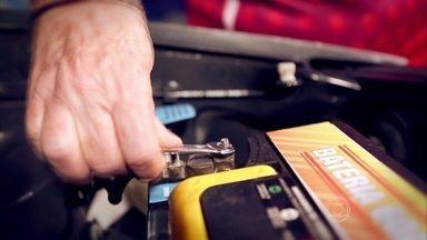 Aprenda a trocar a bateria do veículo - A Vovó do Rap ensina como trocar a bateria do carro em um quadro do AE Garagem.