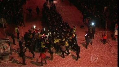 Polícia entra em confronto com manifestantes na Ucrânia - A polícia derrubou barricadas nas ruas que dão acesso aos prédios públicos, que estavam ocupados por manifestantes. Eles são a favor de uma aproximação do país com a União Soviética.