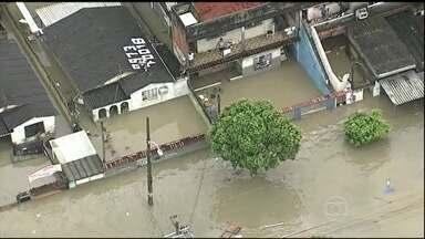 Chuva forte provoca alagamentos no Rio de Janeiro - Ruas alagaram, a circulação de trens e metrô foi prejudicada. Em um único bairro, mais de mil pessoas estão desabrigadas. Sirenes alertaram a população das áreas de risco. Um pedreiro está desaparecido na Baixada Fluminense.