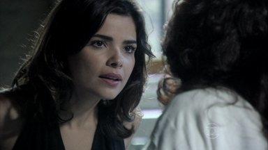 Aline afirma a Mariah que continuará com sua vingança contra César - Ela acredita que a tia se comoveu com o estado de César e não vai abrir mão do dinheiro do médico