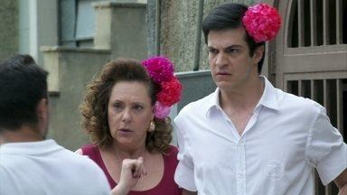 Félix vira piada no bairro - Ele recebe provocações ao aparecer com a flor no cabelo