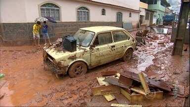 Mineiros avaliam os prejuízos causados pelas fortes chuvas - Em Sabará, perto de Belo Horizonte, o teto de uma casa caiu. Três mil casas no mesmo bairro estão em situação de alto risco de desabamento. Em Ubá, na Zona da Mata, 900 moradores foram desalojados.