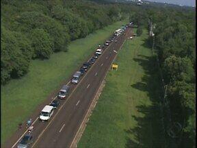 Protesto forma congestionamento na rodovia de acesso ao PNI - Profissionais do turismo protestam contra a proibição da entrada de veículos no Parque