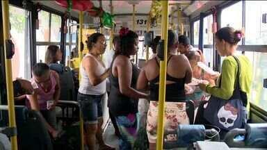 """Passageiros organizam """"amigo X"""" em coletivo da Grande Vitória - O passageiros da linha 542 do Transcol fizeram uma festa animada, com direito a salgadinhos, refrigerante e música."""
