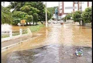 Nível do rio Muriaé começa a baixar em Itaperuna, RJ, após forte chuva - Durante a noite desta quinta-feira o rio transbordou alagando bairros.Segundo a Defesa Civil, sete famílias precisaram deixar suas casas.