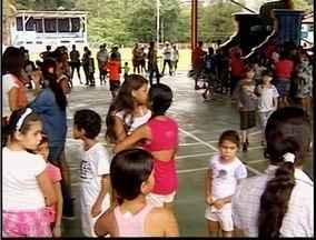 Centenas de pessoas esperam chegada de Papai Noel em Jaguaraçu - Crianças esperavam ansiosas o bom velhinho.