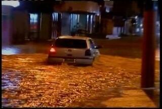 Forte chuva causa transtornos em vários pontos de Valadares - A água atingiu casas e deixou ruas totalmente alagadas.