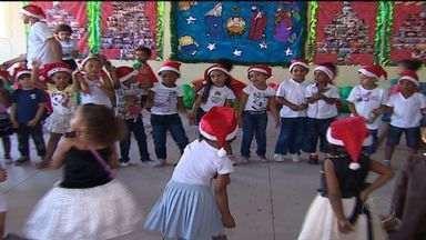 Crianças de externato participam de festa de Natal - Crianças de externato participam de festa de Natal