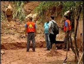 Equipes da Defesa Civil de Macaé, RJ, fazem vistorias em encostas - Riscos de deslizamento é muito grande nas encostas da cidade.Segundo Defesa Civil, 117 pessoas ainda estão desalojadas na cidade.