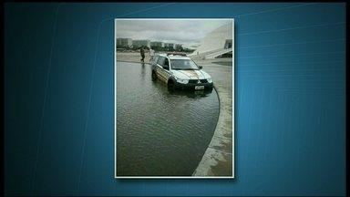 DF tem mais um acidente com uma viatura nova da PM - O acidente foi no calçadão do Museu da República. Segundo testemunhas, o policial teria perdido o controle da direção. A viatura derrapou e foi parar no espelho d'água.