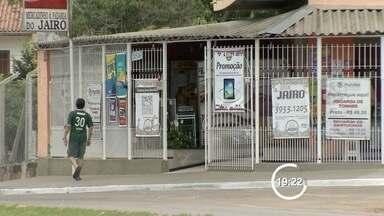Ladrão é encontrado baleado após assaltar mercadinho em São José dos Campos (SP) - Crime ocorreu na manhã desta sexta-feira (13) no Jardim Limoeiro. Dupla invadiu estabelecimento e fugiu levando dinheiro dos clientes.
