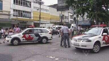 Dupla assalta duas vezes, troca tiros e é perseguida pela polícia em Santos - Um dos suspeitos se envolveu em um acidente de trânsito.