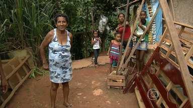 Temporada de chuva coloca em alerta moradores de Sabará - Grande parte dos imóveis são construídos em área de alto risco de desabamento