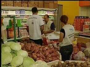 Cerca de duas toneladas de alimentos estragados são apreendidas em supermercados de Palmas - Cerca de duas toneladas de alimentos estragados são apreendidas em supermercados de Palmas
