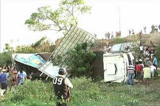 Acidente grave mata três pessoas, duas da mesma família, na BR-316 - O acidente aconteceu por volta das quatro horas da tarde na BR-316, próximo à ponte que liga os municípios de Pindaré-Mirim e Bom Jardim.