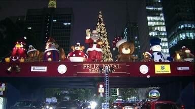 São Paulo fica toda iluminada para receber o Natal - Com 58 metros de altura, a árvore de Natal do Ibirapuera é uma das atrações em São Paulo nesta época do ano. Ela tem 58 metros de altura e é iluminada por 300 refletores de LED.