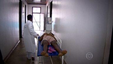 Moradores de cidades distantes do Brasil sofrem com atendimento precário em hospitais - Nas pequenas cidades da Ilha do Marajó, as carências são tantas que coisas básicas ganham status de luxo. Cachoeira do Ararai só tinha um médico para atender mais de 20 mil moradores.
