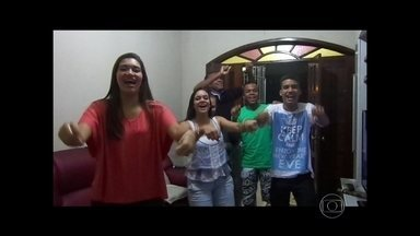 """Fãs homenageiam Ivete Sangalo pelos 20 anos de carreira - Telespectadores enviaram vídeos cantando a música """"Acelera Aê"""" para homenagear a cantora baiana."""