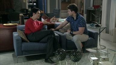Niko concorda com Félix e decide pedir o exame de DNA de Fabrício - Félix se surpreende com os elogios do amigo
