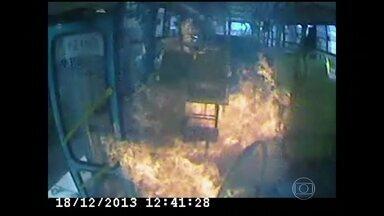 Bandidos ateiam fogo em ônibus em Montes Claros (MG) - Imagens do circuito interno do ônibus registraram a ação dos criminosos. Um homem entra atirando e manda os passageiros descerem. Três suspeitos foram presos e um está foragido.