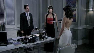 Rafael e Patrícia acabam entregando a cópia da procuração para Aline - Eles hesitam, mas são intimidados pela vilã