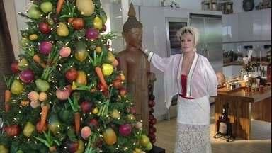 Ana Maria mostra árvore de Natal decorada com frutas de plástico - Conheça também a equipe que ajuda a apresentadora no dia a dia