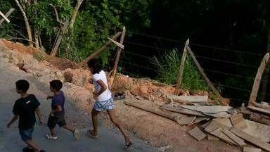 Zé do Bairro confere problema em Penedo, em Itatiaia, RJ - Moradores do bairro Jambeiro reclamam de uma rua que ameça desmoronar; eles dizem que o problema está se agravando.