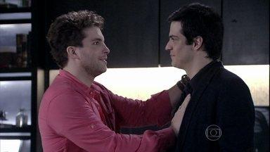 Amor à Vida - Capítulo de terça-feira, dia 24/12/2013, na íntegra - Niko promete ajudar Félix e decide procurar Pilar