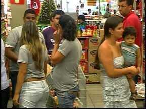 Consumidores enfrentaram filas nas últimas compras nos supermercados em Divinópolis - Filas e correria não desanimaram quem saiu em busca dos ingredientes para a noite de Natal.