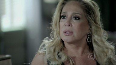 Pilar culpa Márcia pela situação de Félix - Ela fica perplexa ao ver o filho usando uma flor no cabelo e vendendo cachorro-quente na rua